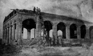 Ο πρώτος ευκτήριος οίκος της Ευαγγελικής Εκκλησίας Κατερίνης κατά την περίοδο της οικοδόμησης (1925)