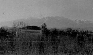Το πάρκο του Συνοικισμού Ευαγγελικών, το κτίριο της εκκλησίας και στο βάθος ο Όλυμπος (δεκαετία 1950)